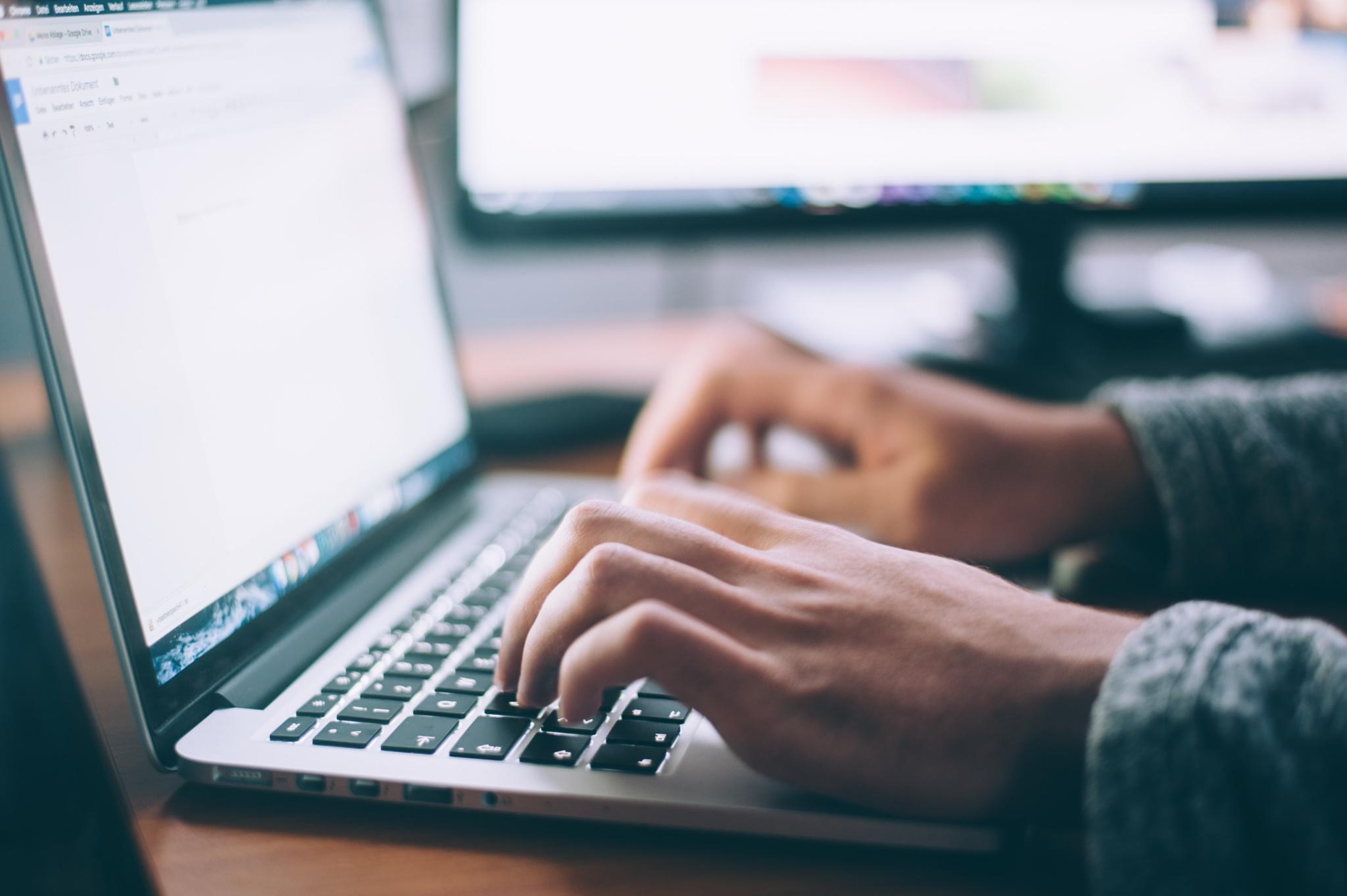 arbeiten am mac laptop computer notebook glenn-carstens-peters-npxXWgQ33ZQ-unsplash